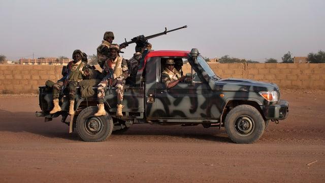 Soldaten auf einem Jeep