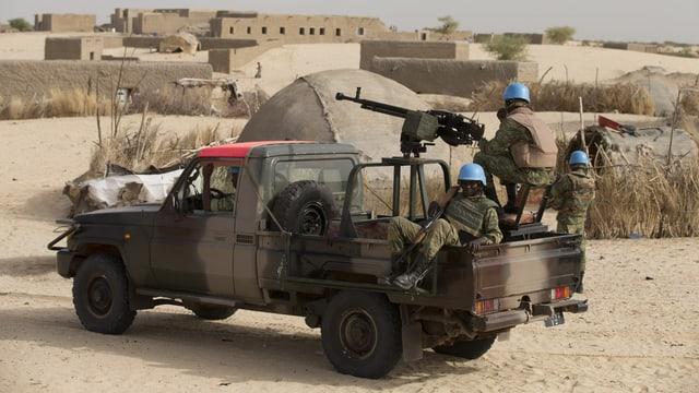 Blauhelme auf einem Militärfahrzeug