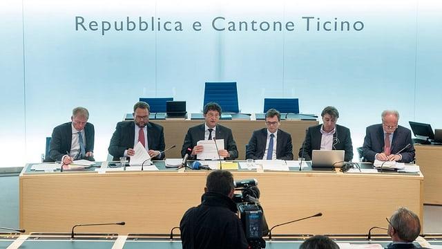 La regenza dal chantun Tessin en il parlament a Bellinzona.