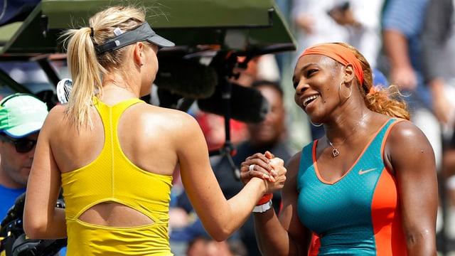 Maria Scharapowa und Serena Williams beim Handshake.