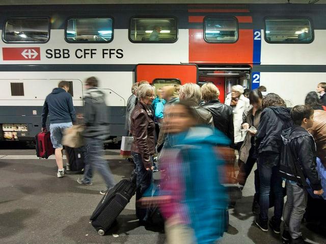 Bahnpassagiere entsteigen einem Intercity-Zug im Bahnhof Bern. (keystone)