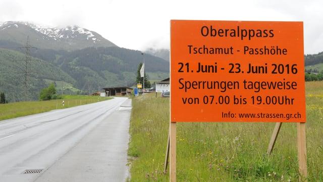Tavla cun infurmaziun davart la serrada da la via tranter Tschamutt ed il Pass da l'Alpsu
