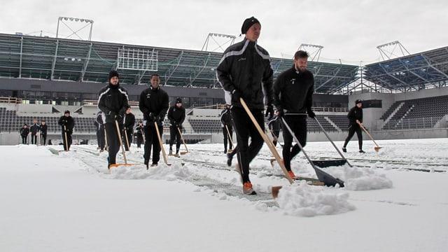 Spieler des FC Schaffhausen beim Schneeräumen als Trainingseinheit.