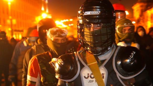 Vermummte Demonstranten in Kiew.