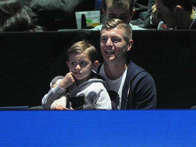 Toni Kroos schaut sich mit seinem Sohn ein Spiel von Roger Federer an den ATP Finals in London an.