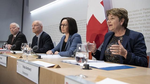 Kurt Grüter, Claude Nicollier (Experten), Pälvi Pulli, Chefin Sicherheitspolitik VBS und Bundesrätin Viola Amherd