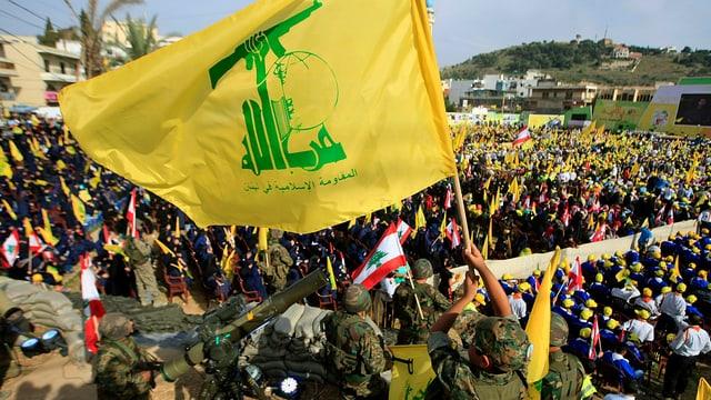 Anhänger der Hisbollah mit Fahnen