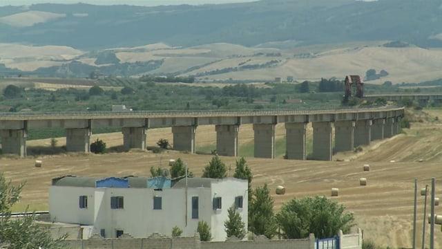 Ein Viadukt steht unbenutzt in der Italienischen Landschaft