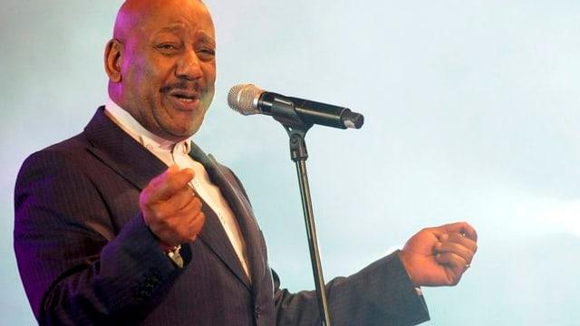 Errol Brown mit Mikrofon.