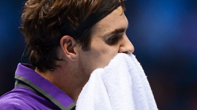 Roger Federer mit Handtuch.