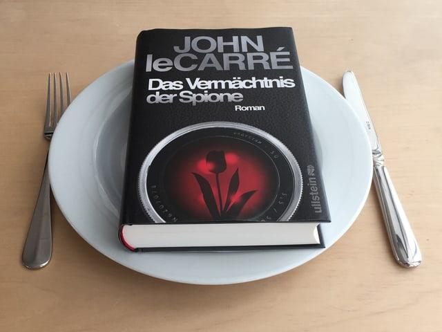 Der Spionageroman «Das Vermächtnis der Spione» von John le Carré auf einem Teller