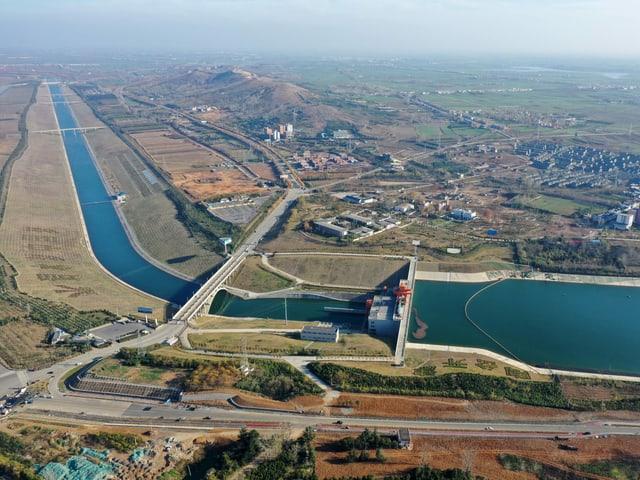 Ein langer Wasserkanal transportiert Trinkwasser durch China.
