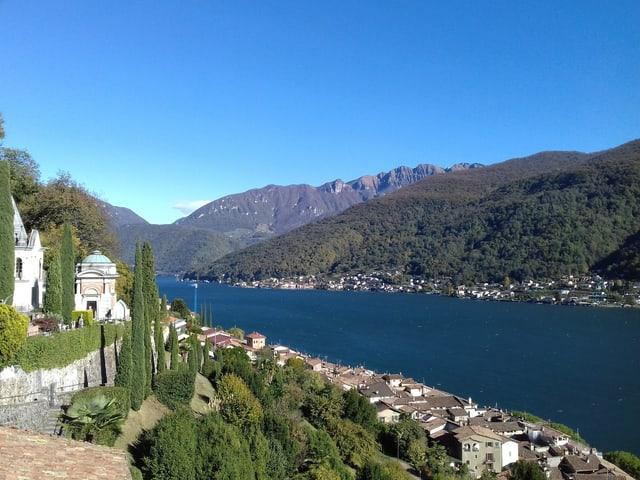 Blick auf den Lago di Lugano bei strahlend blauem Himmel.