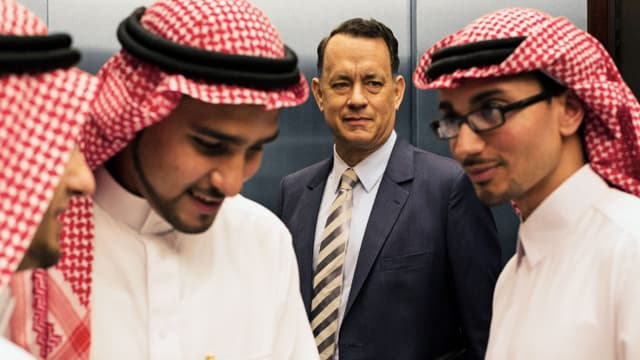 Tom Hanks als Alan Clay mit Saudis im Lift.