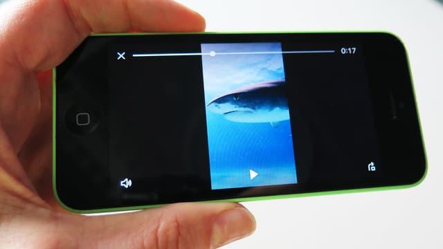 Ein horizontal gehaltenes Handy spielt ein vertikales Video ab.