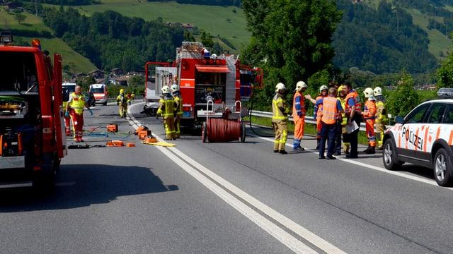 Bergungsarbeiten nach einem schweren Unfall auf der A8, die keine Mittel-Leitplanke hat.