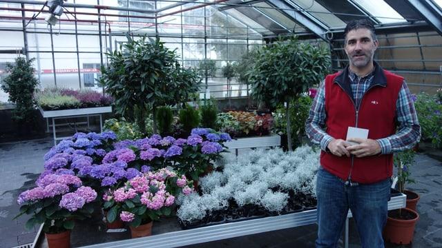 Pascal Keller il maina fatschenta da l'orticultura Wieland a Tumein.