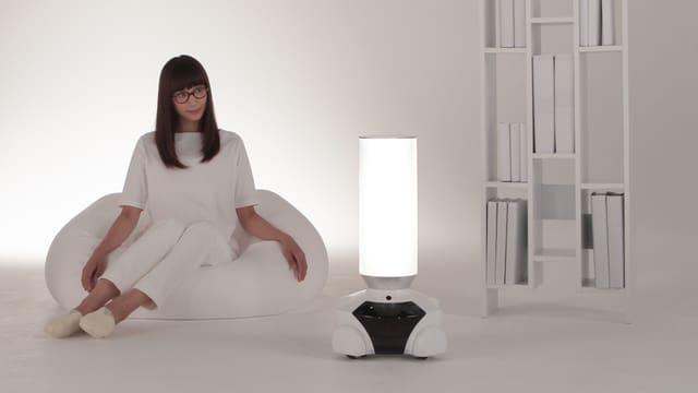 Eine Frau mit einer Roboterlampe