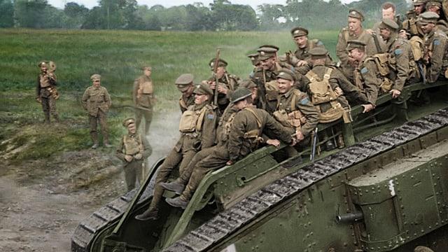 Soldaten auf dem Dach eines fahrenden Panzers während des Ersten Weltkriegs.