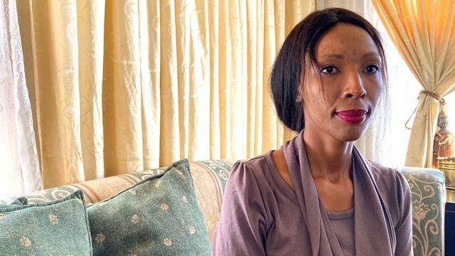 Boipelo Mokoena, die Schwester einer Ermordeten, sitzt auf einem Stuhl.
