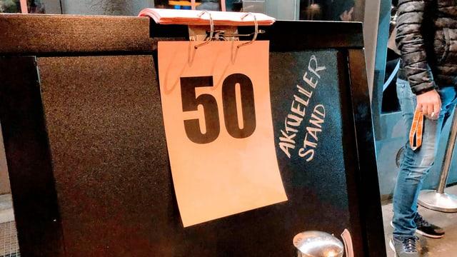 Tafel mit der Zahl 50.
