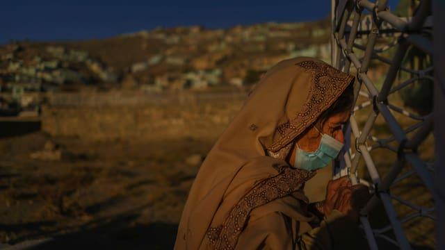 Mutter am Grab ihrer Tochter in Kabul, die Opfer einer Autobombe wurde