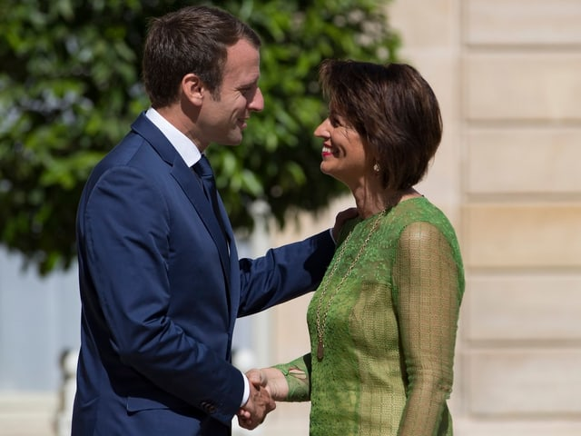Emmanuel Macron e Doris Leuthard curt avant lur discurs.