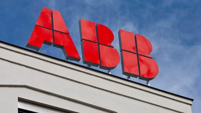 ABB-Logo auf einem Hausdach.