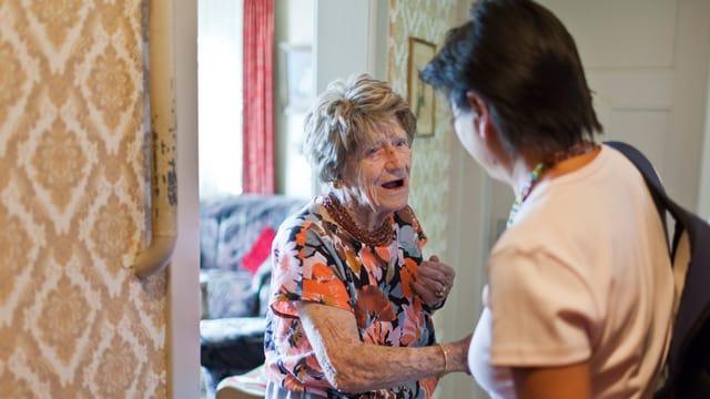 Seniorin hilft Seniorin