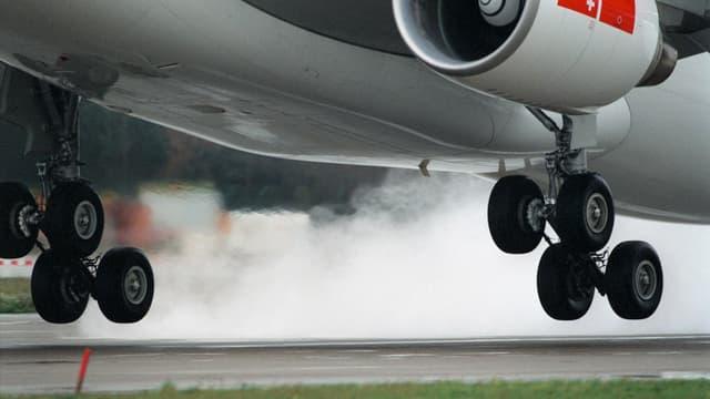 Das Fahrwerk eines startenden Jets