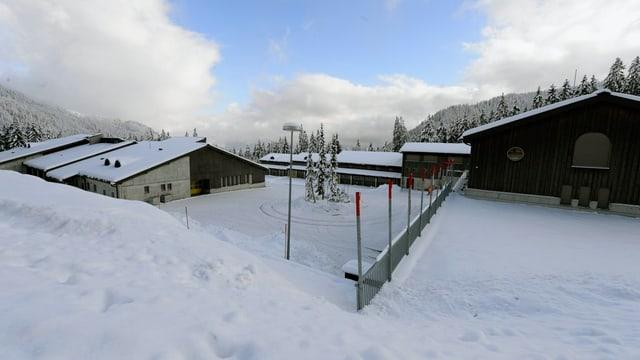 Truppenunterkunft im Schnee.