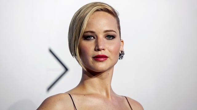 Jennifer Lawrence blickt ernst in die Kamera.