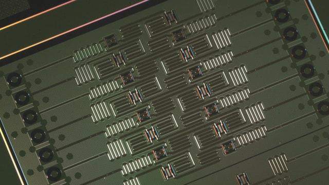 Das Bild eines Quantencomputer-Prozessors von IBM mit 16 Qubits.