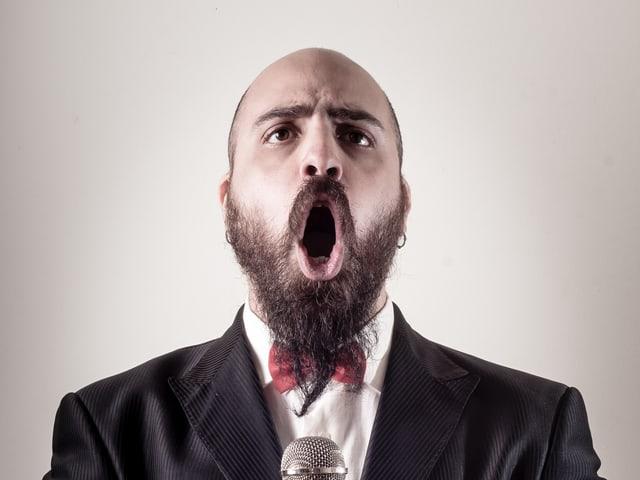 Ein Mann der singt.