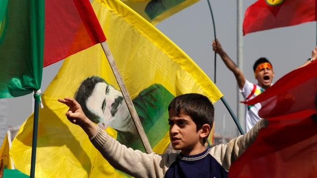 Kurden schwenken Fahnen mit einem Bild ihres inhaftierten Führers Öcalan.