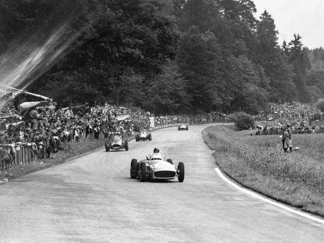 Juan Manuel Fangio (hier bereits in Führung liegend).