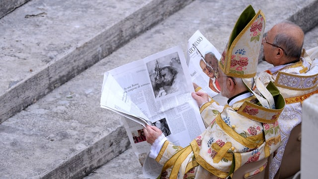 Zwei Bischöfe lesen im Vatikan die Zeitung «Osservatore Romano».