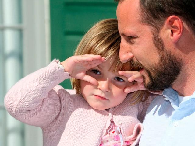 Prinzessin Ingrid auf den Armen von Prinz Haakon