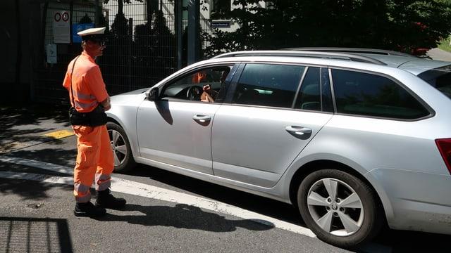 Ein Securitas kassiert bei einem Autofahrer Geld ein