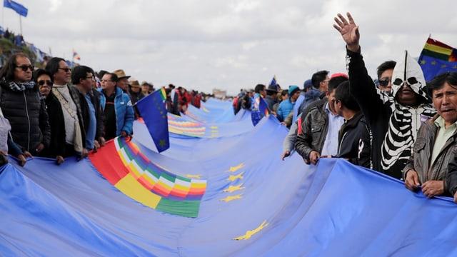 Bolivianer halten ein blaues Banner