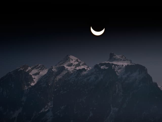 Der Mond über den Bergen.