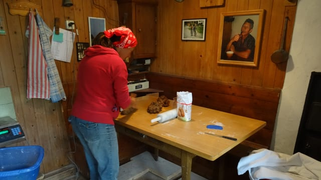 Coni Lerchi prepara paun cun paira.