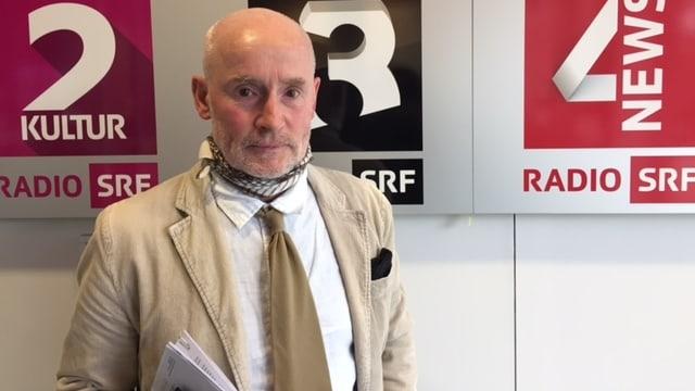 Meinrad Pfister beim Besuch im SRF-Radiostudio.