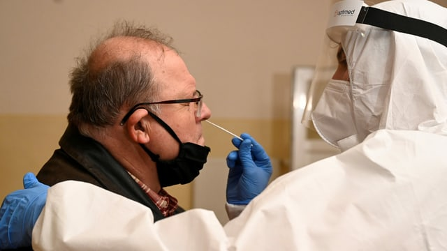 Ein Mann unterzieht sich einem Corona-Test