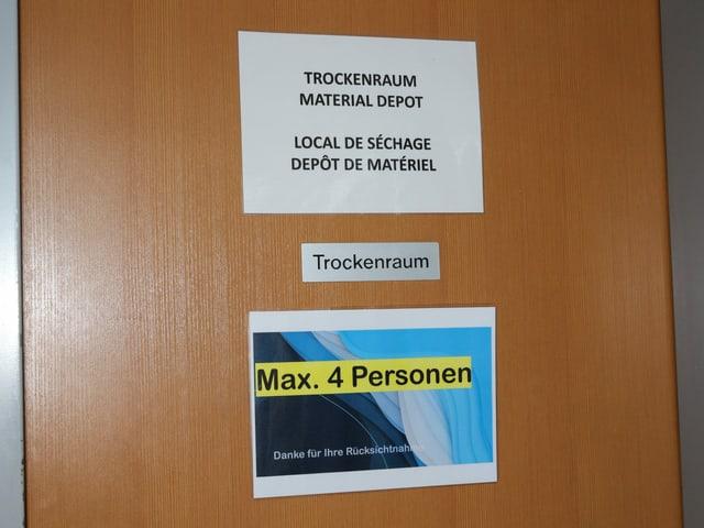 Schild auf der Türe zum Trockenraum: Max. 4 Personen