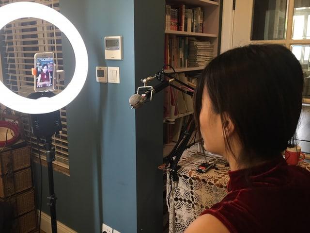 Bloggerin filmt sich selbst mit Handy