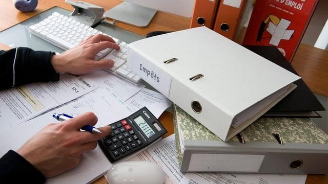 Steuererklärung auf einem Schreibtisch