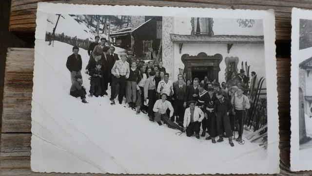 Fotografia da gruppa veglia. Umens ed uffants cun skis.