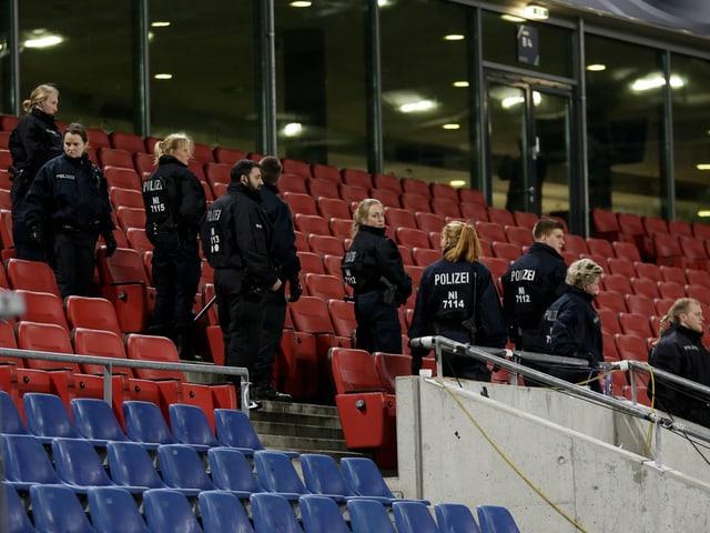 Polizei im Stadion.