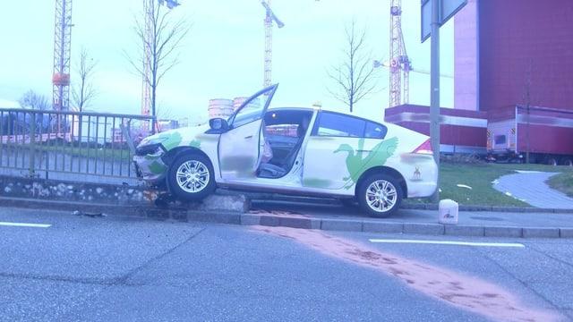 Taxi frontal im Geländer, auslaufendes Öl mit Bindemittel auf der Strasse